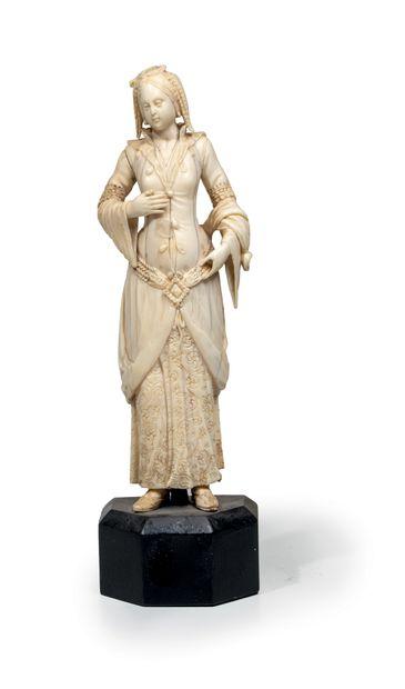 Statuette en ivoire représentant une Ottomane Ivoire, restes de dorure France ou...
