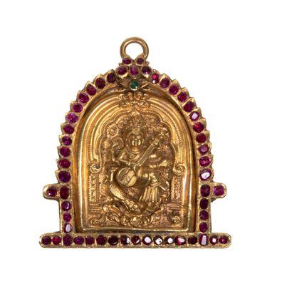 Pendentif en or repoussé représentant Sarasvati Or, rubis et émeraude Inde, XVIIIe...