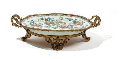 CHINE - Vers 1900 Plat en porcelaine à décor en émaux polychromes dans le style de...