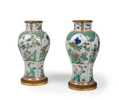 CHINE - Epoque YONGZHENG (1723 - 1735) Paire de potiches en porcelaine décorées en...