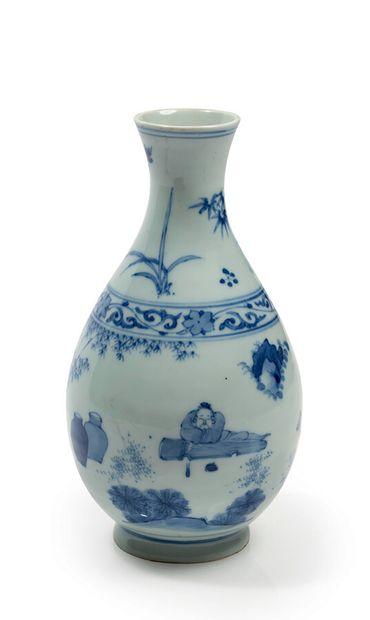 Vase en porcelaine décoré en bleu sous couverte...
