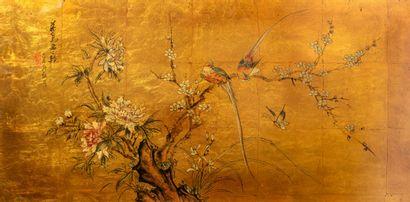 Un panneau laqué or à décor de deux oiseaux...