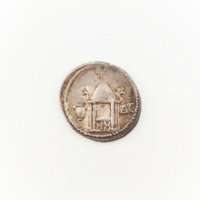 Q. Cassius Longinus. Denier au temple de...