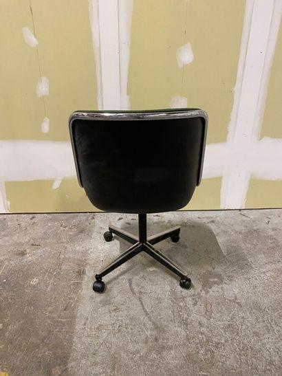 Charles POLLOCK (1930-2013) pour Knoll  Une Chaise Pollock, coque en plastique moulé...