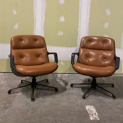Paire de chaises en cuir caramel .