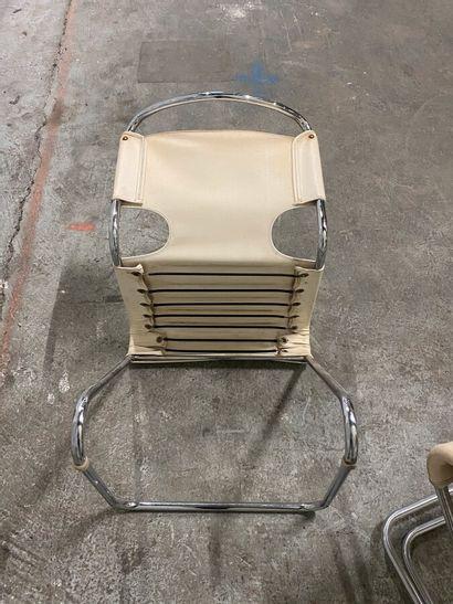 Travail des années 70  Suite de trois chaises, structure en tube de métal chromé...