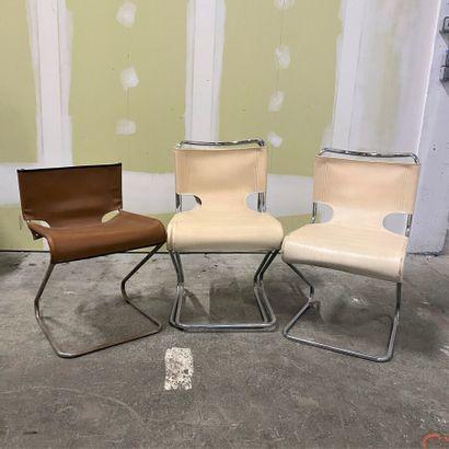 Travail des années 70  Suite de trois chaises,...