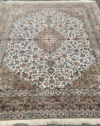 Tapis Iranien Kashanà motif central à fond...