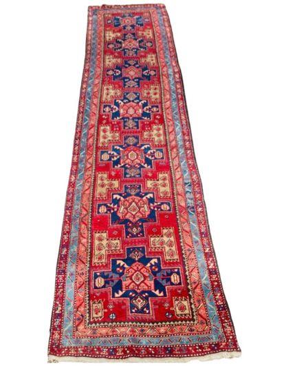 Tapis galerie Iranien Iriz, à sept médaillons...