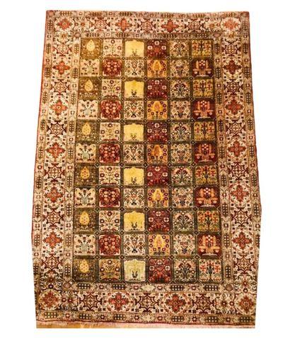 Tapis Goum en soieà motifs floraux dans...