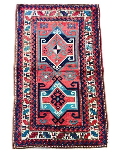 Tapis Caucase à deux médaillons géométriques...