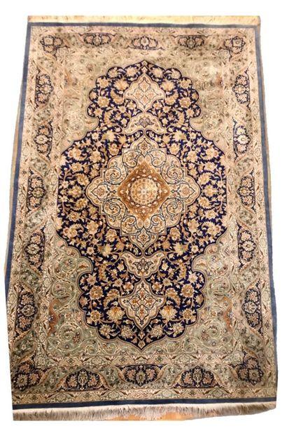 Important tapis Goum en soieà grand médaillon...