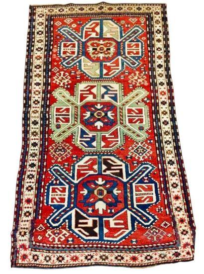 Tapis Caucase Karabagh à trois médaillons...