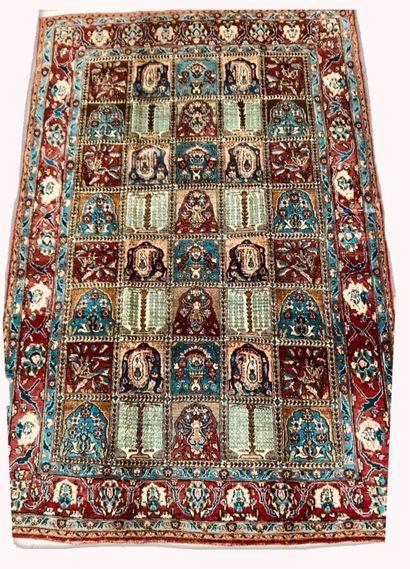 Tapis Iranien Goum à motifs floraux et végétaux...