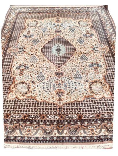 Important tapis Indien en laine et soie à...