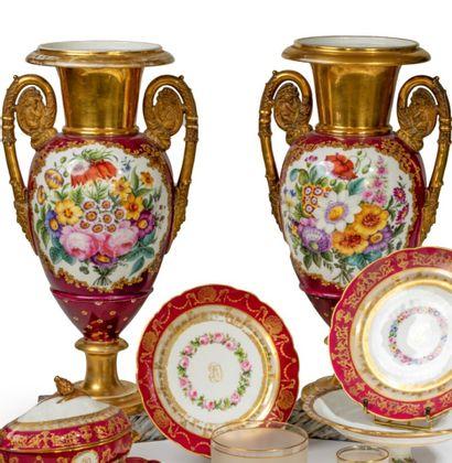 Paire de grands vases urnes en porcelaine...