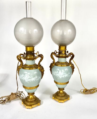 Paire de lampes à pétrole en céramique émaillée...