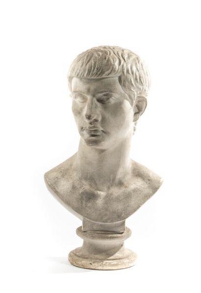 Buste d'empereur sur piédestal. Plâtre Hauteur:...