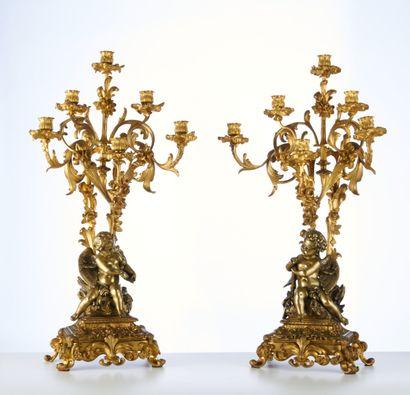 Une paire d'importants flambeaux en bronze...