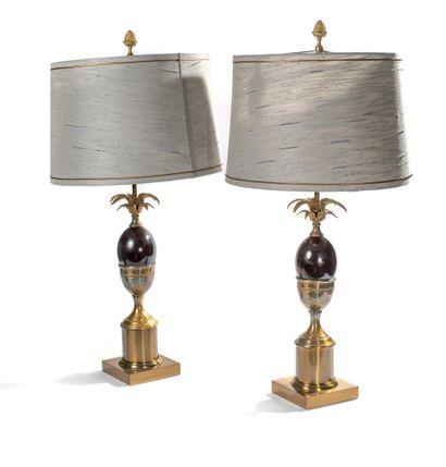 Maison Charles (dans le goût de). Paire de lampes noix de coco en métal doré reposant...