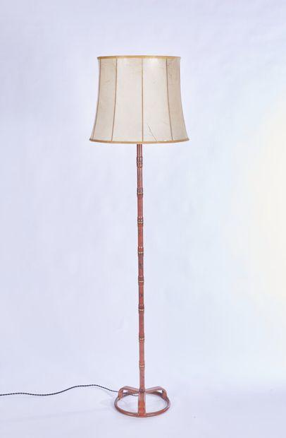 JACQUES ADNET (1900-1984) Un lampadaire à structure métallique entièrement gainée...