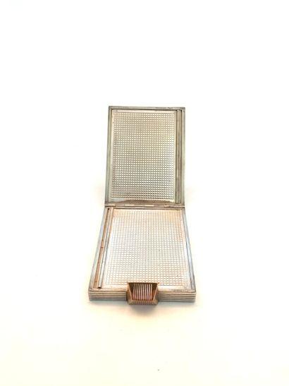 BOUCHERON  POUDRIER rectangulaire en rose (750 millièmes) et argent (925 millièmes)...