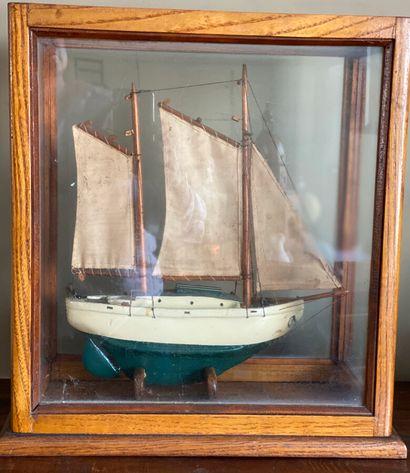 Maquette de bateau de pêche. 39 x 34 x 17...