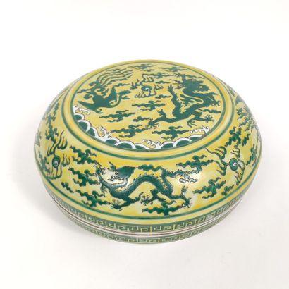 Boîte Chine en porcelaine à dcéor émaillé...