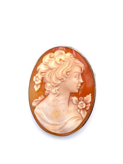 BROCHE ovale en métal serti d'un camée coquille...