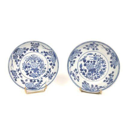 Paire de petites coupelles décorées en bleu,...