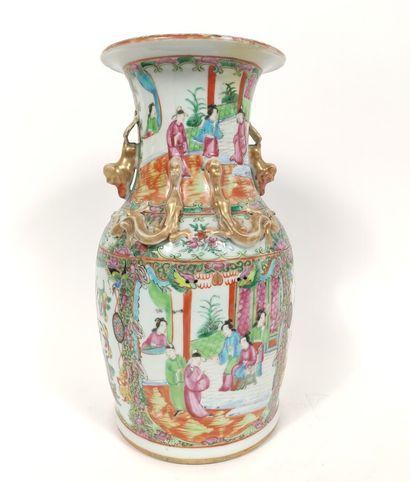 CANTON : Vase en porcelaine à décor de scènes...