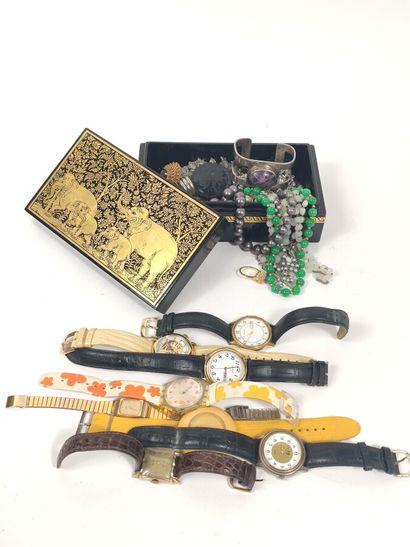 un lot de bijoux fantaisie dans une boîte...