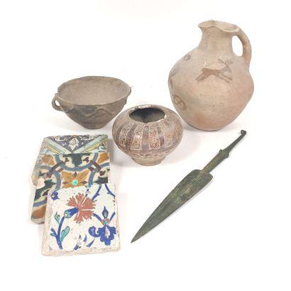 Un lot de trois poteries anciennes et trois...