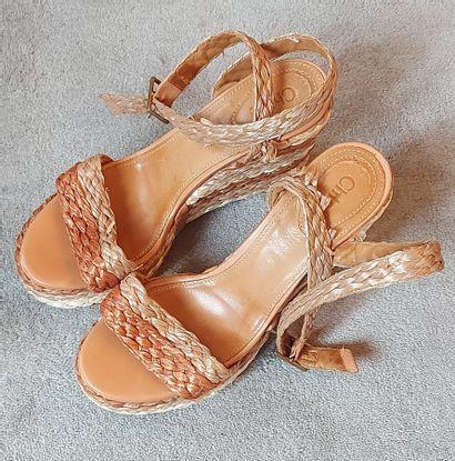 CHLOE  Paire de sandales en rafia tressé...