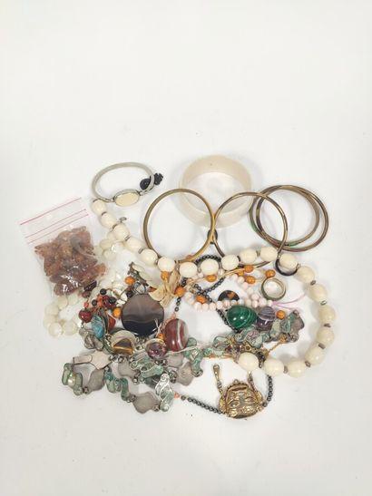 Lot de bijoux fantaisie colliers, boucles...