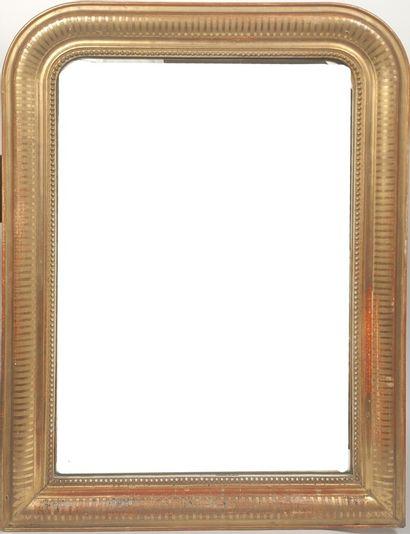 Miroir à entourage de bois doré stuqué à...