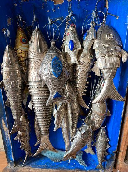 Vitrine d'angle renfermant environ 17 poissons articulés ou non en argent étranger...