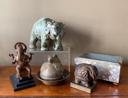 Ensemble comprenant : éléphant en terre cuite...
