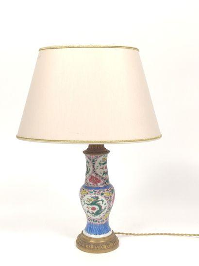Lampe en porcelaine chinoise à décor émaillé...