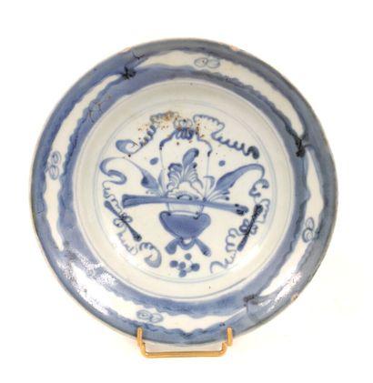 Assiette en porcelaine à décor en bleu sous...