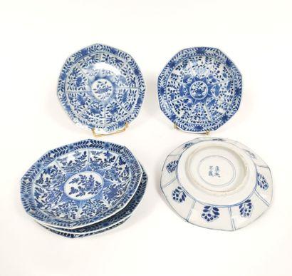 Ensemble de six petite assiettes décorées...