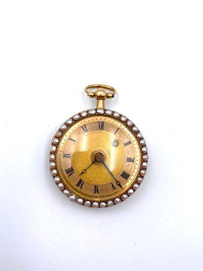 130 bis ENGAZ MONTRE DE COL en or jaune (750 millièmes) godronné et orné d'émail...