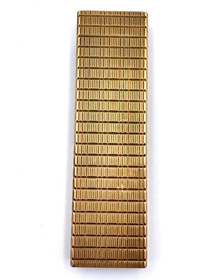 ST DUPONT. Grand briquet de table en métal doré guilloché. 13.5 x 3.5 x 1 cm