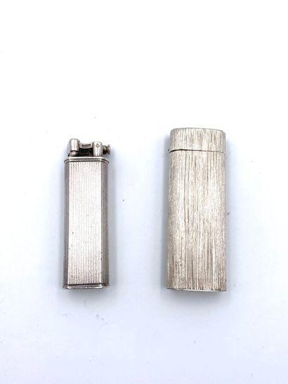 CARTIER et DUNHILL. Deux briquets en argent (minimum 800 millièmes) ciselé et godronné....