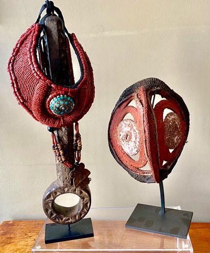 Sculpture en bois avec collier et ornement...