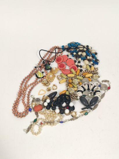 lot de bijoux divers, cornaline, corail,...