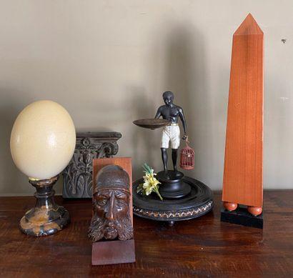 Ensemble cmprenant : obélisque en bois, statuette...