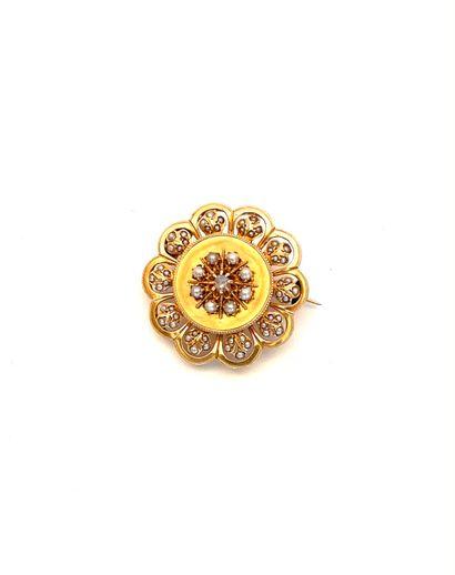 BRACELET en or jaune (750 millièmes) articulé serti de demi-perles blanches retenant...