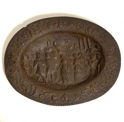 Grand plat ovale en métal à décor repoussé...