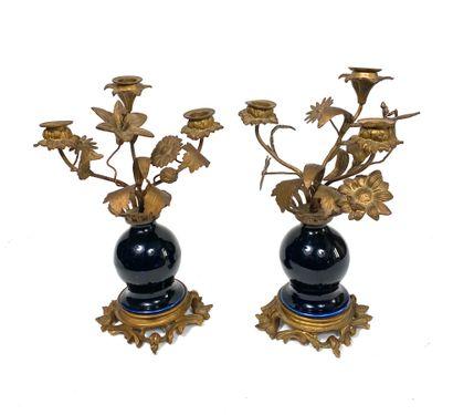 Paire de candélabres formés de vases en céramique...